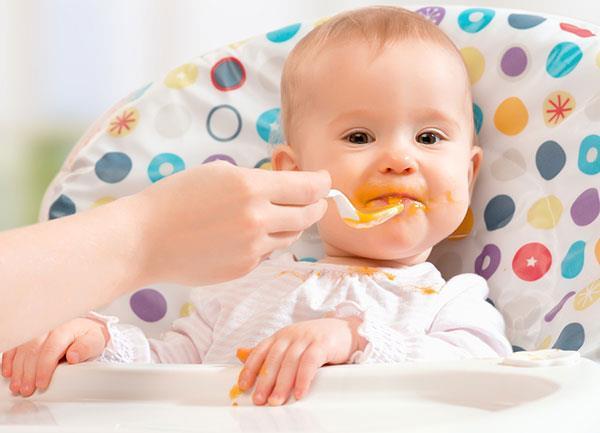 из рациона малыша необходимо исключить продукты, провоцирующие образование сыпи
