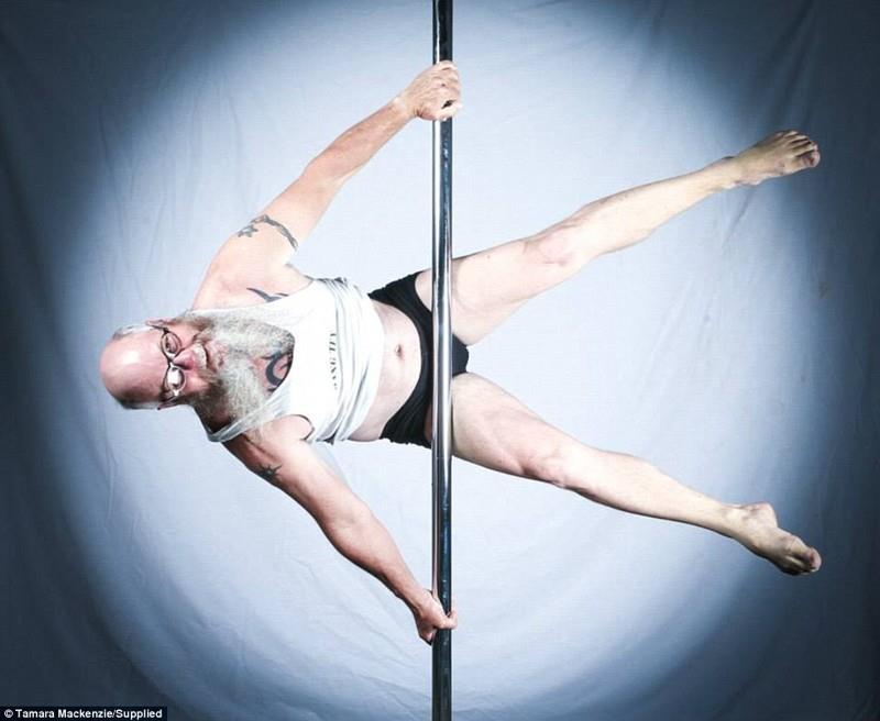 Аллан признает, что нужно очень любить свое тело, чтобы заниматься танцами на шесте: иногда, чтобы держаться за пилон, нужно много свободной поверхности кожи.