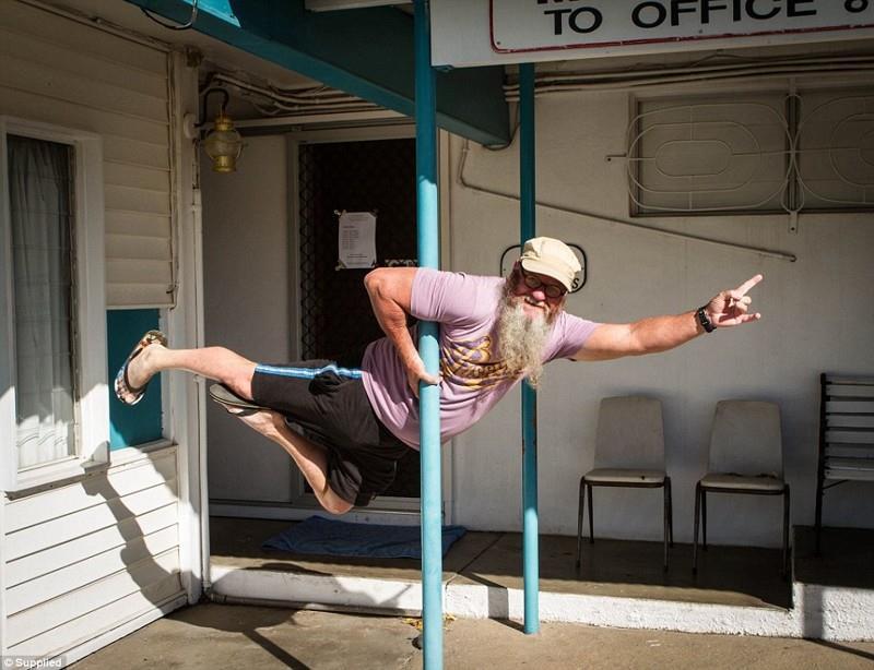 Свои навыки танцор использует в повседневной жизни. Ему нравится делать фото на не подходящих для спорта объектах.