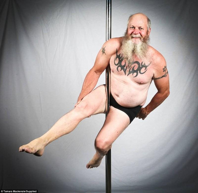 """""""Для обоих видов спорта нужно быть очень уверенным в себе человеком"""", - говорит он. Теперь, правда, он не носит смешных костюмов: для танцев на шесте нужен контакт кожи с шестом, поэтому одежды на нем обычно мало. Лучше всего у него получаются движения, требующие скорее силы, чем гибкости."""