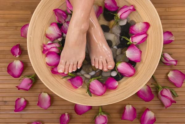 обработка ног розовой водой