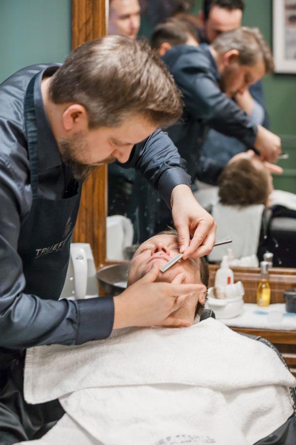бритье опасной бритвой в салоне в Химках