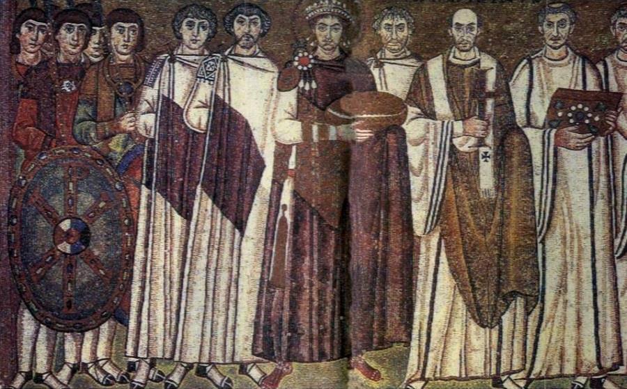 Выход императора Юстиниана. Мозаика алтарной части церкви св. Виталия в Равенне