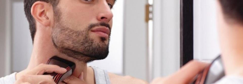 Мужчина бреет бороду