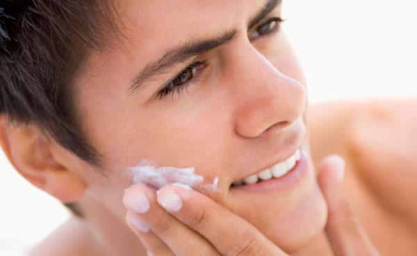 после умывания на лицо следует нанести увлажняющий крем