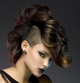 стрижка на длинные волосы с выбритым виском