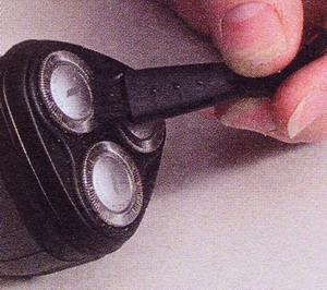 Аккуратно почистите щеткой ножевые головки