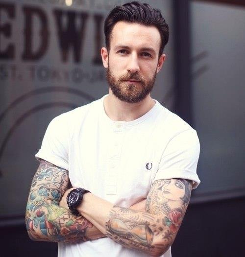 бородатый мужчина в белой футболке