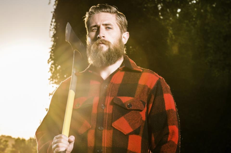 Мужчина с бородой и топором в руках