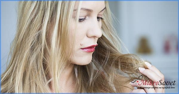 девушка блондинка смотрит на свои волосы