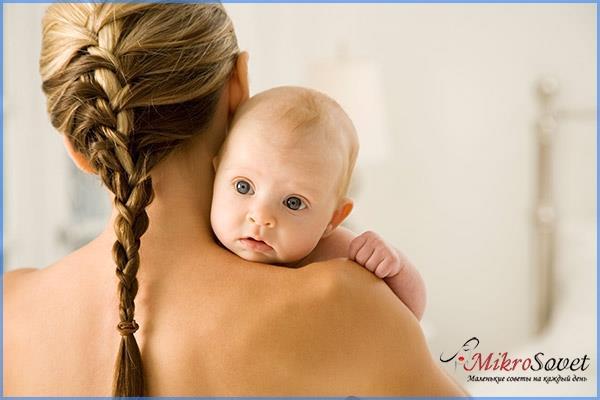 девушка с косичкой держит ребенка на руках