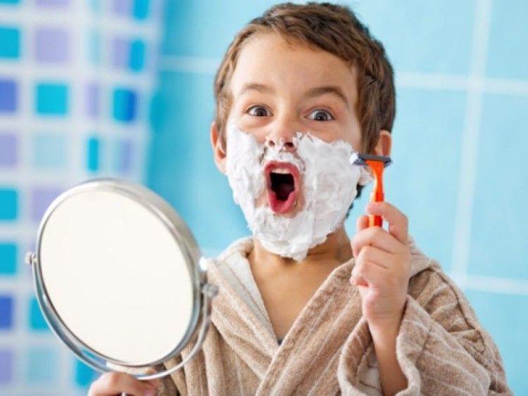 Снилось, что стоял около зеркала и брился своим бритвенным станком, причем все у меня отлично получалось, я не порезался и брил все ровно, без пены.