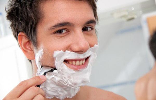 одна из причин высыпаний у мужчин - недостаточная гигиена при бритье