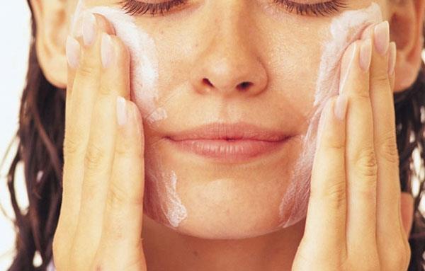 необходимо поддерживать чистоту кожи