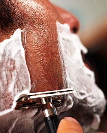 При бритье отводите бритву вниз под углом примерно 30 градусов