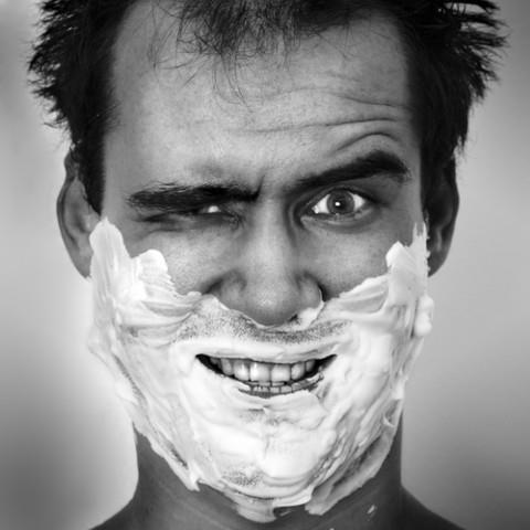 Обильно нанесите на лицо крем для бритья