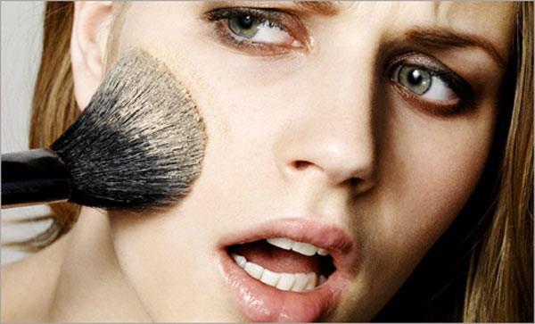 некачественная косметика может вызвать появление комедонов