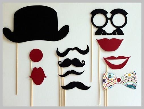Смешная фотосессия: очки, губы, усы на палочке.