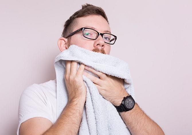 Мужчина вытирает бороду