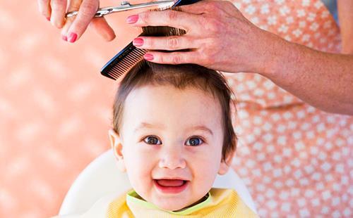 Ребёнок в парикмахерском салоне переполнен эмоциями