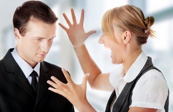 Девушка кричит на мужчину.