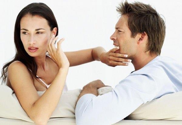 Девушка отталкивает мужчину.