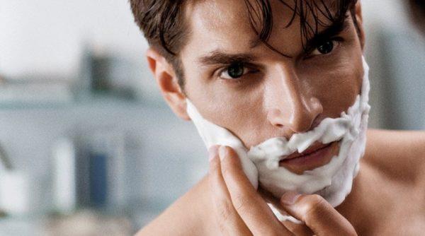 Нанесение пены для бритья на лицо
