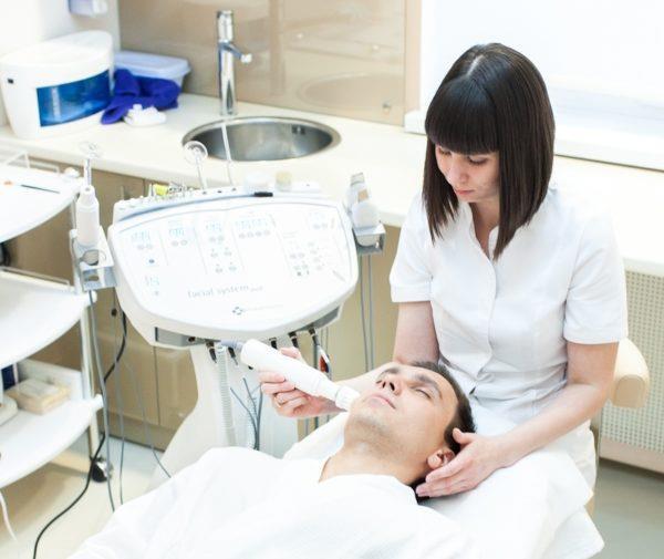 Салонные процедуры по устранению шелушения кожи лица у мужчины