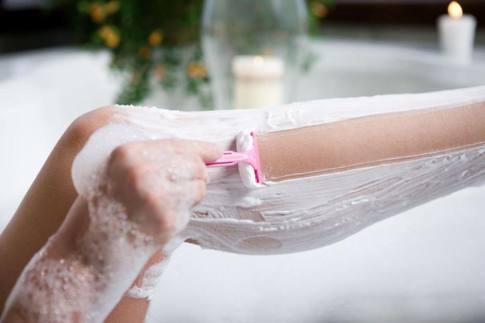 Фото: Влажное бритье бритвой