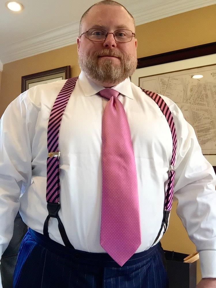 Крупным мужчинам рекомендуем носить подтяжки, а не ремень