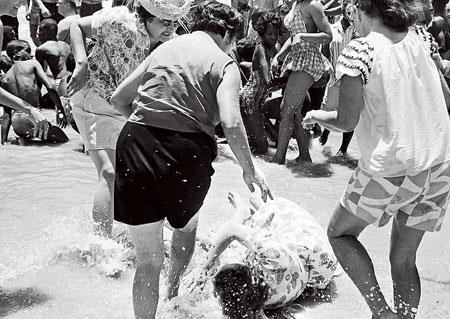 Сорок лет назад политкорректностью и не пахло. Белые женщины бьют белую девушку, пытавшуюся искупаться вместе с неграми