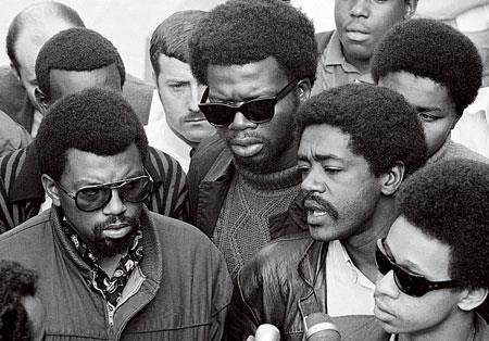 «Черные пантеры» — вооруженная левацкая группировка, возникшая в конце 60-х и претендовавшая на роль правительства черных гетто. После многочисленных перестрелок и арестов была разгромлена ФБР