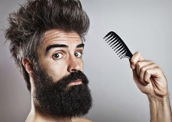 Бородатый мужчина с расчёской